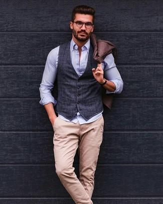 Comment porter: blazer en laine marron, gilet écossais gris foncé, chemise à manches longues en seersucker bleu clair, pantalon chino beige
