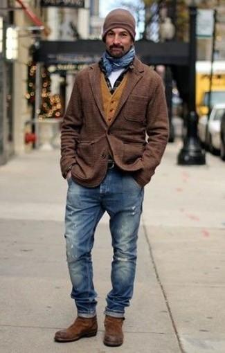 Comment porter: blazer en laine écossais marron, gilet en laine moutarde, chemise à manches longues à carreaux noire, t-shirt à col rond blanc