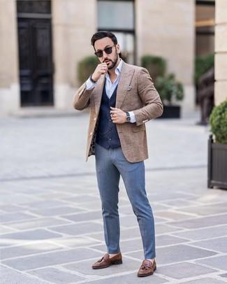 Comment porter: blazer en laine à carreaux marron, gilet bleu marine, chemise à manches longues bleu clair, pantalon de costume bleu