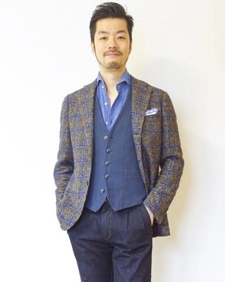Comment porter: blazer écossais marron, gilet bleu, chemise à manches longues bleue, jean bleu marine