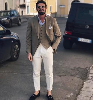 Comment porter un blazer marron: Associe un blazer marron avec un pantalon chino blanc pour créer un look chic et décontracté. Une paire de des slippers en daim noirs est une façon simple d'améliorer ton look.