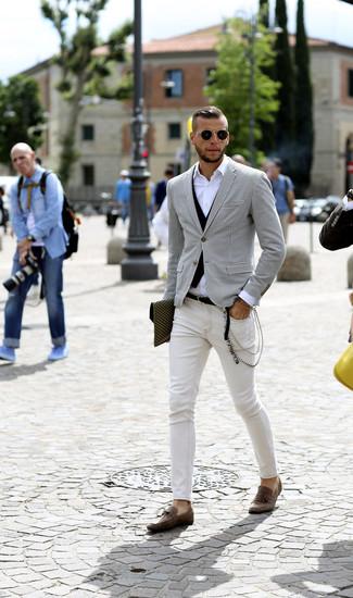 Comment porter: blazer en pied-de-poule blanc et noir, gilet noir, chemise à manches longues blanche, jean skinny blanc