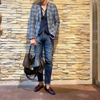 Comment porter une serviette en cuir marron foncé: Opte pour un blazer écossais bleu marine avec une serviette en cuir marron foncé pour une tenue idéale le week-end. Habille ta tenue avec une paire de des mocassins à pampilles en cuir bordeaux.
