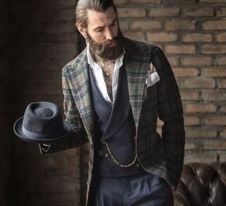 Comment porter: blazer écossais vert foncé, gilet gris foncé, chemise à manches longues blanche, pantalon de costume bleu marine