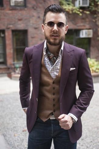 Comment porter: blazer pourpre, gilet marron, chemise à manches longues écossaise blanche, jean gris foncé