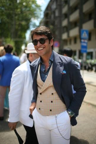 Comment porter: blazer en coton bleu marine, gilet écossais marron clair, chemise à manches longues bleu marine, pantalon chino blanc