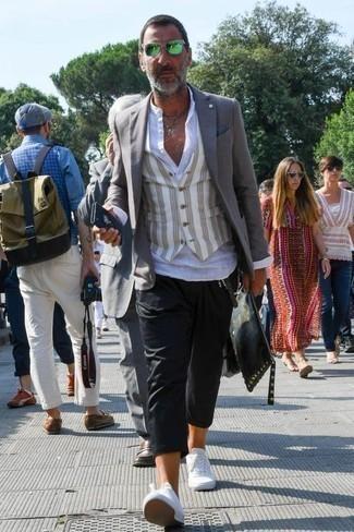 Comment porter des lunettes de soleil vertes: Pense à marier un blazer gris avec des lunettes de soleil vertes pour une tenue idéale le week-end. Opte pour une paire de des baskets basses en toile blanches pour afficher ton expertise vestimentaire.