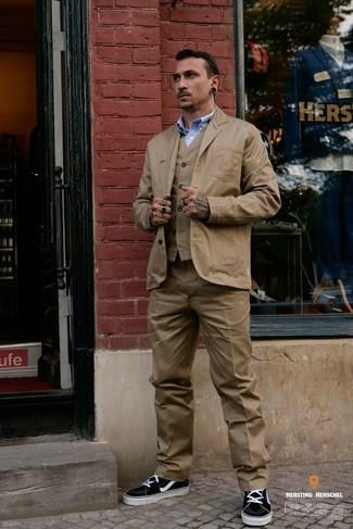 Comment porter: blazer en coton marron clair, gilet marron clair, chemise à manches longues bleu clair, pantalon de costume marron clair