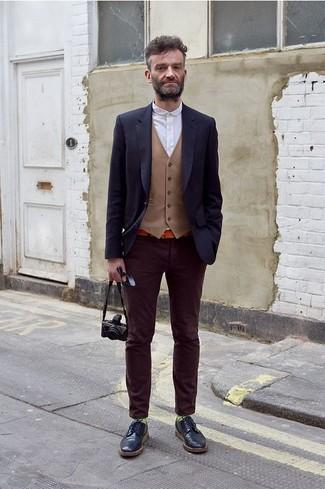 Comment porter: blazer bleu marine, gilet marron clair, chemise à manches longues blanche, jean en velours pourpre foncé