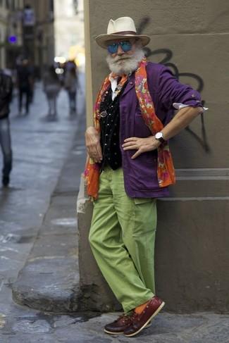 Comment porter: blazer violet, gilet en velours imprimé noir, chemise à manches longues blanche, pantalon cargo vert