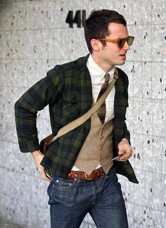 Comment porter: blazer écossais vert foncé, gilet beige, chemise à manches longues blanche, jean bleu marine