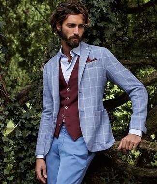 Comment porter: blazer à carreaux gris, gilet bordeaux, chemise de ville bleu clair, pantalon chino bleu clair