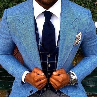 Comment porter un gilet à carreaux bleu marine: Essaie d'associer un gilet à carreaux bleu marine avec un pantalon de costume gris foncé pour une silhouette classique et raffinée.