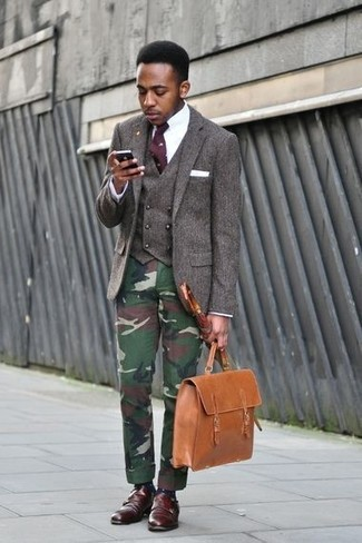 Comment porter: blazer en laine marron foncé, gilet en laine marron foncé, chemise de ville blanche, pantalon chino camouflage vert foncé