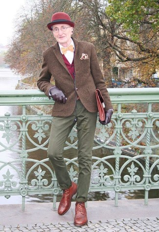 Comment porter: blazer en laine marron, gilet bordeaux, chemise de ville blanche, pantalon chino olive