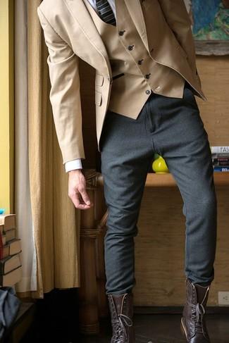 Comment porter: blazer marron clair, gilet marron clair, chemise de ville blanche, pantalon de jogging gris foncé