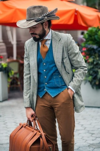 Comment porter: blazer en laine écossais gris, gilet en denim bleu, chemise de ville écossaise bleu clair, pantalon chino marron