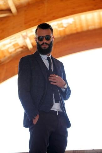 Comment porter: blazer en laine bleu marine, gilet en laine bleu marine, chemise de ville blanche, pantalon chino noir