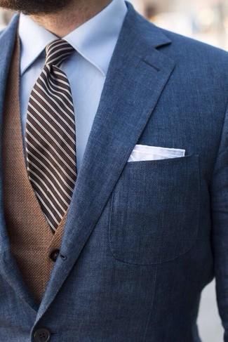 Comment porter: blazer bleu marine, gilet marron, chemise de ville bleu clair, cravate à rayures verticales marron foncé