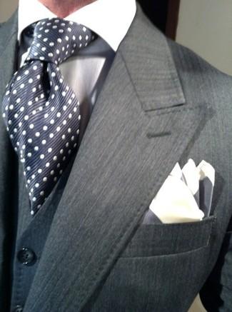 Comment porter: blazer gris foncé, gilet bleu marine, chemise de ville blanche, cravate en soie á pois bleu marine