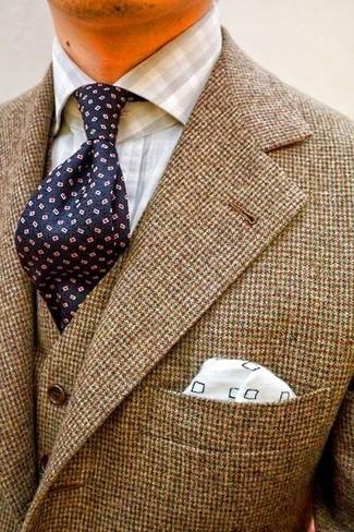 Comment porter: blazer en laine marron, gilet en laine marron, chemise de ville en vichy grise, cravate á pois bleu marine