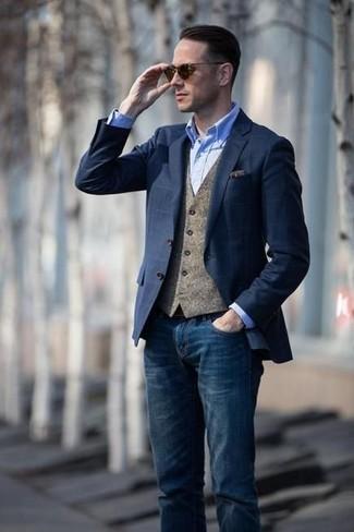 Comment porter: blazer à carreaux bleu marine, gilet en laine marron, chemise de ville en chambray bleu clair, jean bleu marine