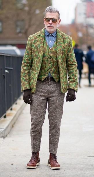 Tenue de Nick Wooster: Blazer en laine camouflage olive, Gilet en laine camouflage olive, Chemise de ville en chambray bleue, Pantalon de costume en laine marron
