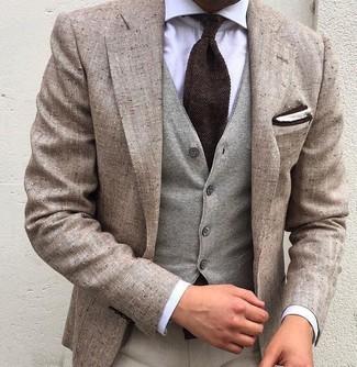 Comment porter: blazer en lin beige, gilet en laine gris, chemise de ville blanche, pantalon de costume beige