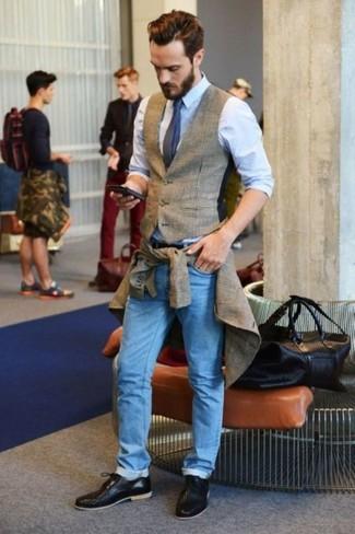 Comment porter un gilet écossais gris: Associe un gilet écossais gris avec un jean bleu clair pour prendre un verre après le travail. Une paire de des chaussures derby en cuir tressées noires est une façon simple d'améliorer ton look.