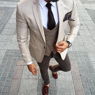 Comment porter: blazer à carreaux beige, gilet en laine marron, chemise de ville blanche, jean marron foncé