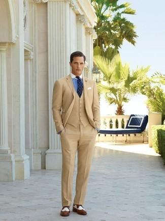 Comment porter: blazer marron clair, gilet marron clair, chemise de ville à rayures verticales blanc et bleu, pantalon de costume marron clair