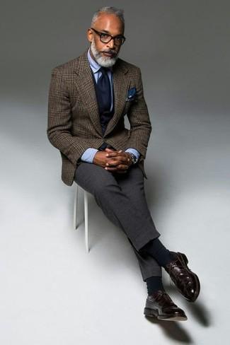 Comment porter: blazer en laine écossais marron, gilet bleu marine, chemise de ville bleu clair, pantalon de costume en laine gris foncé