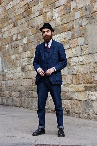 Comment porter un blazer en denim bleu marine: Porte un blazer en denim bleu marine et un jean bleu marine pour un look idéal au travail. Jouez la carte classique pour les chaussures et fais d'une paire de des bottes habillées en cuir noires ton choix de souliers.