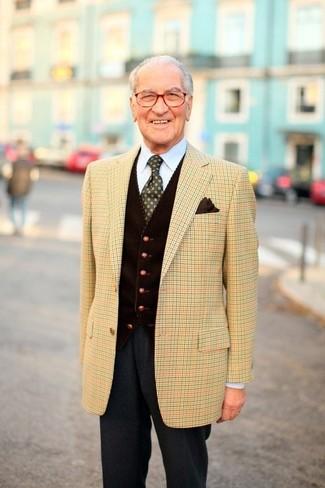 Comment porter: blazer écossais marron clair, gilet en velours côtelé marron foncé, chemise de ville bleu clair, pantalon de costume en laine gris foncé