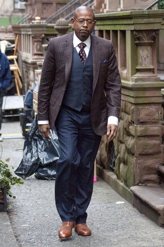 Comment porter des chaussures richelieu en cuir marron après 50 ans: Marie un blazer écossais pourpre foncé avec un pantalon de costume bleu marine pour une silhouette classique et raffinée. D'une humeur créatrice? Assortis ta tenue avec une paire de des chaussures richelieu en cuir marron.