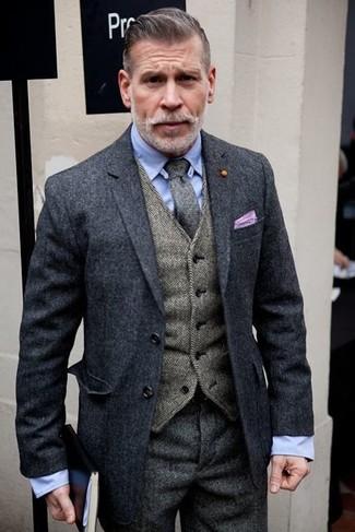 Comment porter une cravate en laine grise pour un style elégantes: Associe un blazer en laine gris foncé avec une cravate en laine grise pour une silhouette classique et raffinée.