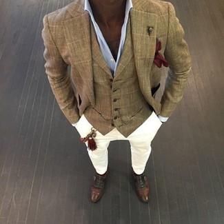 Comment porter: blazer à carreaux marron clair, gilet écossais marron clair, chemise de ville bleu clair, pantalon chino blanc