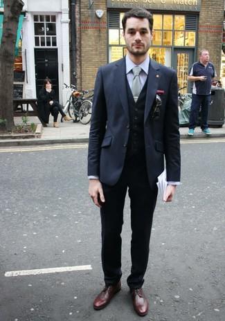 Comment porter: blazer gris foncé, gilet noir, chemise de ville grise, pantalon de costume noir