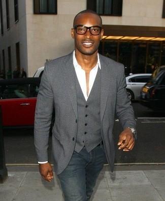 Comment porter: blazer gris foncé, gilet gris foncé, chemise de ville blanche, jean bleu marine