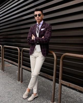 Comment porter: blazer à carreaux bordeaux, gilet blanc, chemise de ville violet clair, pantalon de costume blanc