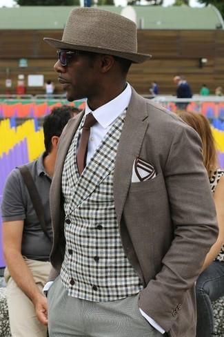 Comment porter: blazer marron, gilet en vichy marron, chemise de ville blanche, pantalon de costume gris