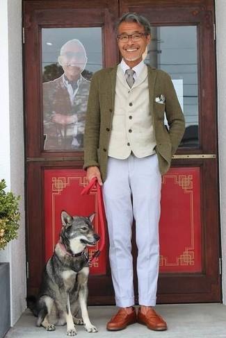 Comment porter: blazer en laine olive, gilet en laine beige, chemise de ville blanche, pantalon chino gris