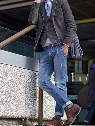Comment porter: blazer en laine marron foncé, gilet en laine à carreaux marron foncé, chemise de ville bleu clair, débardeur blanc