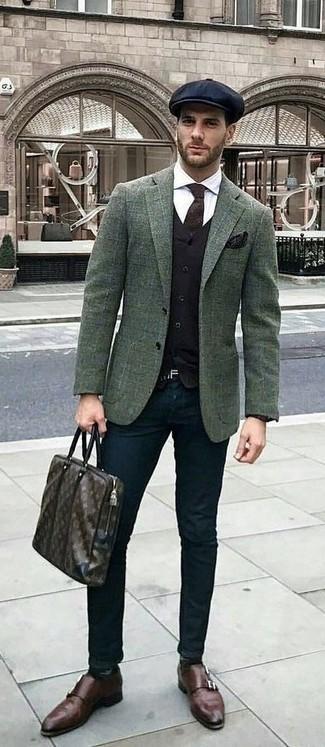 Comment porter: blazer en laine à carreaux vert foncé, gilet noir, chemise de ville blanche, pantalon chino noir
