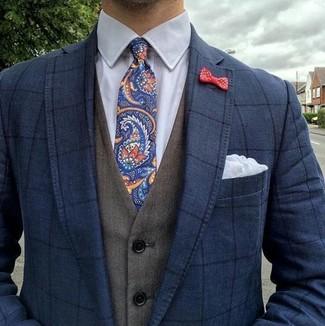 Comment porter: blazer à carreaux bleu marine, gilet olive, chemise de ville blanche, cravate imprimée cachemire bleu marine