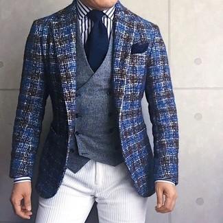 Comment porter: blazer en tweed bleu, gilet en laine écossais gris, chemise de ville à rayures verticales blanche et noire, pantalon chino en velours côtelé blanc