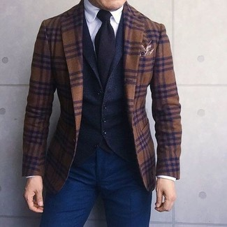 Comment porter: blazer en laine écossais marron, gilet en laine noir, chemise de ville blanche, pantalon chino bleu marine
