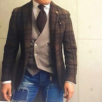 Comment porter: blazer en laine écossais marron foncé, gilet en laine marron clair, chemise de ville blanche, jean skinny déchiré bleu