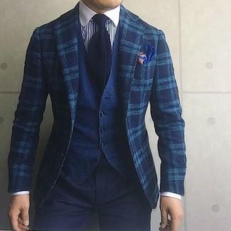 Comment porter: blazer en laine écossais bleu canard, gilet en denim bleu marine, chemise de ville à rayures verticales blanc et bleu marine, pantalon chino noir