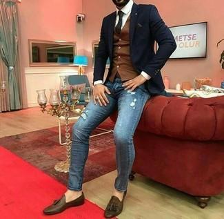 Comment porter: blazer noir, gilet marron, chemise de ville blanche, jean skinny déchiré bleu
